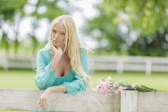 Junge Frau durch den Zaun Lizenzfreie Stockfotos