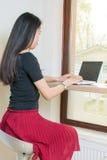 Junge Frau durch Schossspitze Lizenzfreie Stockfotografie