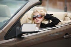 Junge Frau in einem Auto Lizenzfreies Stockfoto