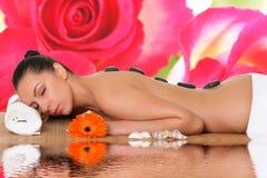 Junge Frau in einem Badekurort stockbilder