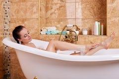 Junge Frau in einem Badezimmer Stockbild