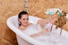 Junge Frau in einem Badezimmer Lizenzfreie Stockfotos