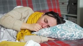 Junge Frau in einem Bett mit einem kalten stock footage