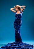 Junge Frau in einem blauen Kleid Stockfoto