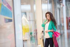 Junge Frau in einem Einkaufszentrum Lizenzfreie Stockbilder