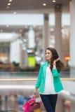 Junge Frau in einem Einkaufszentrum Lizenzfreies Stockfoto
