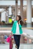 Junge Frau in einem Einkaufszentrum Stockfotos