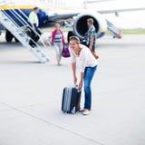 Junge Frau an einem Flughafen stockfoto