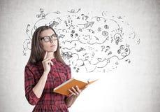 Junge Frau in einem Kleid mit einem Buch, Pfeile Lizenzfreie Stockfotos