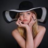 Junge Frau in einem modernen schwarzen Hut stockfotografie