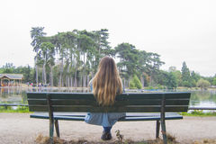Junge Frau in einem Park in Paris Stockbild