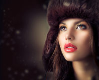 Junge Frau in einem Pelz-Hut Lizenzfreie Stockfotos