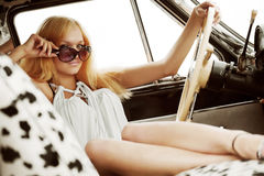Junge Frau in einem Retro- Auto. Stockbild