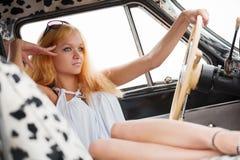 Junge Frau in einem Retro- Auto Stockfotos
