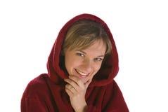 Junge Frau in einem roten Bademantellächeln Lizenzfreies Stockbild