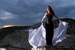 Junge Frau in einem schwarzen Kleid Stockbild