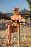 Junge Frau in einem Strandstab lizenzfreie stockbilder