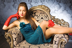Junge Frau in einem Stuhl Stockfoto