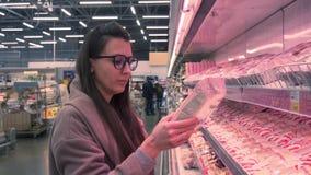 Junge Frau in einem Supermarkt stock video