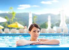 Junge Frau in einem Swimmingpool Stockfotos