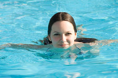 Junge Frau in einem Swimmingpool Lizenzfreie Stockfotografie