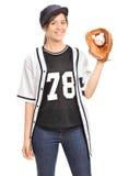 Junge Frau in einem Trikot, das einen Baseball hält Lizenzfreie Stockfotografie