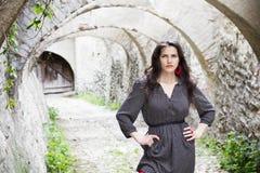 Junge Frau in einem Tunnel Stockbilder
