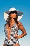 Junge Frau in einem weißen Hut und in einem Badeanzug Stockfoto