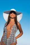Junge Frau in einem weißen Hut und in einer Badebekleidung Stockfotografie