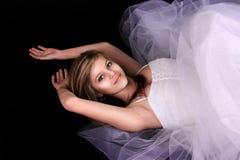 Junge Frau in einem weißen Kleid Stockbilder
