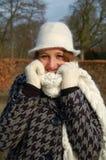 Junge Frau an einem winterlichen Tag stockfotos