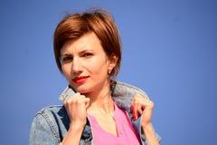 Junge Frau in einer Denimjacke Stockfotos