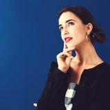 Junge Frau in einer durchdachten Haltung lizenzfreies stockfoto