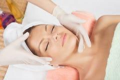Junge Frau in einer kosmetischen Klinik. Lizenzfreies Stockfoto