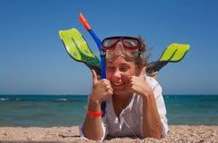 Junge Frau in einer Maske und Flossen für Sporttauchen mit seinem Augencl lizenzfreies stockbild