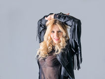 Junge Frau in einer schwarzen ledernen Rockerjacke Lizenzfreie Stockfotografie