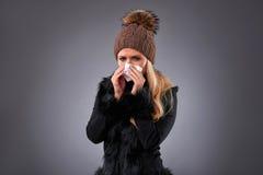 Junge Frau in einer Strickjacke und in einem Hut Lizenzfreie Stockbilder