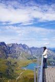 Junge Frau in einer Veranschaulichung von Schweizer Alpen lizenzfreies stockbild