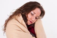 Junge Frau in einer warmen Decke Lizenzfreies Stockfoto