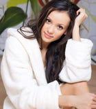Junge Frau in einer weißen Robe Stockfoto