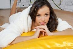 Junge Frau in einer weißen Robe Stockbilder