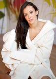Junge Frau in einer weißen Robe Lizenzfreie Stockbilder