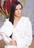Junge Frau in einer weißen Robe Stockbild