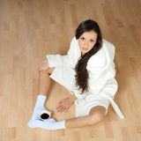 Junge Frau in einer weißen Robe Lizenzfreie Stockfotografie