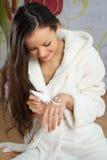 Junge Frau in einer weißen Robe stockfotos