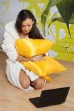 Junge Frau in einer weißen Robe mit Laptop Lizenzfreies Stockfoto