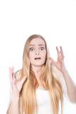 Junge Frau in entsetztem Gesichtsausdruck Stockfotos
