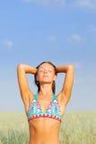 Junge Frau entspannen sich auf grünem Feld Stockfoto
