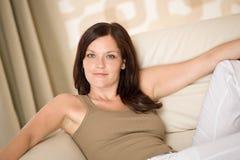 Junge Frau entspannen sich im Aufenthaltsraum lizenzfreies stockbild