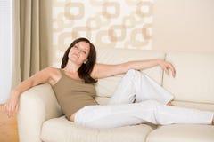 Junge Frau entspannen sich im Aufenthaltsraum lizenzfreies stockfoto